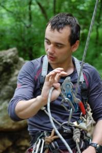Инструктор Дмитрий Федотов проводит инструктаж