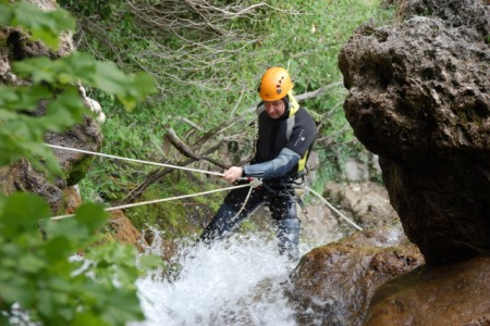 Сергей Чехлов преодолевает маршрут спуска по водопаду